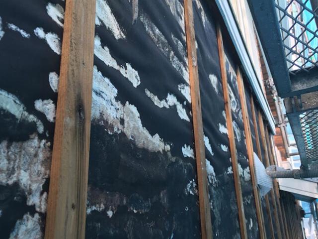 サイディングの内側に湿気や結露などの水分が溜まったあげく、ボロボロに腐食しています。