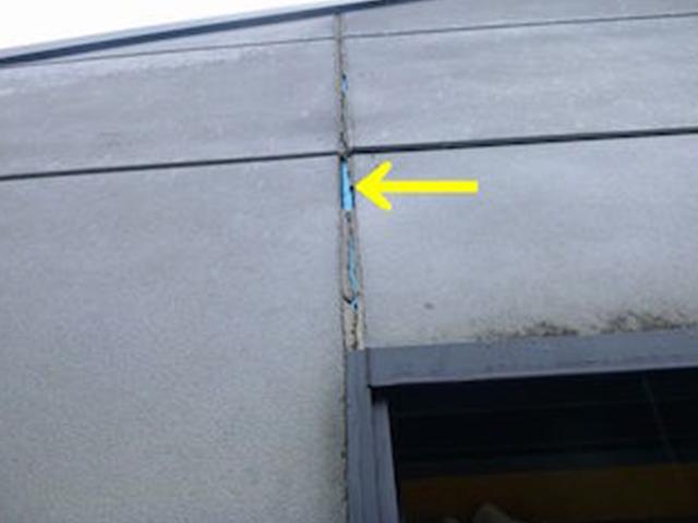さらに劣化すると、その奥にあるバックアップ材(正確には、青いテープ)が露出します。もしも青いテープが見えていたら、それがバックアップ材です。