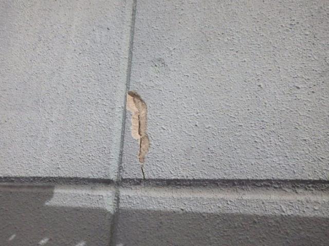 放置していたひび割れから雨水が染み込み、周辺のALCが腐食。