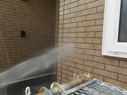 外壁高水圧洗浄中