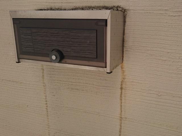 窓枠等の出張った場所の下の雨だれ(埃、排気ガスなどのスス)