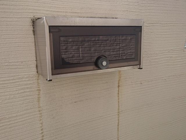 出張った部分にたまったチリやホコリが雨水に流されて 外壁を汚してしまうのです。