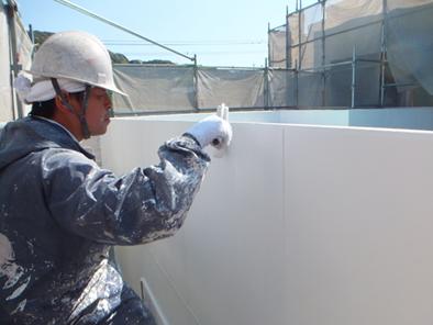 外部は吹き付けの後、ローラー塗りです。