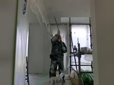 自宅リビングの壁と天井のガイナ塗装中