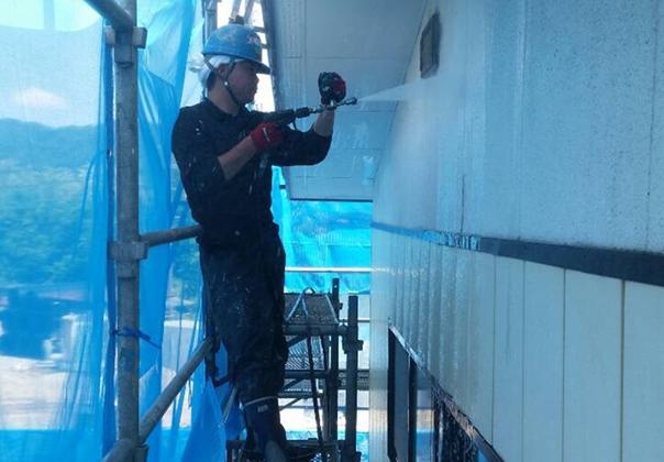 外壁を洗浄しやすくするためにショートガンを使います。