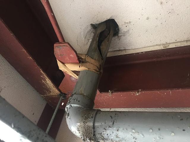 高圧洗浄の際に水漏れがするので、天井をめくってみるとパイプが割れていたケース